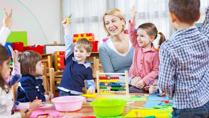 Enseignant jouant avec sa classe de maternelle