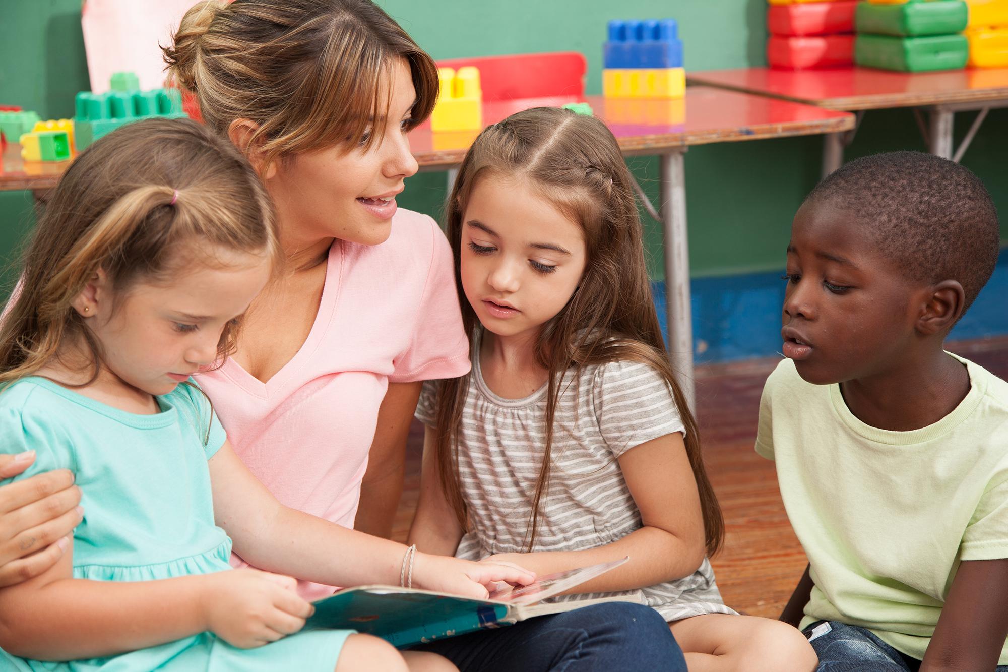 Enseignant lisant un livre à sa classe de maternelle
