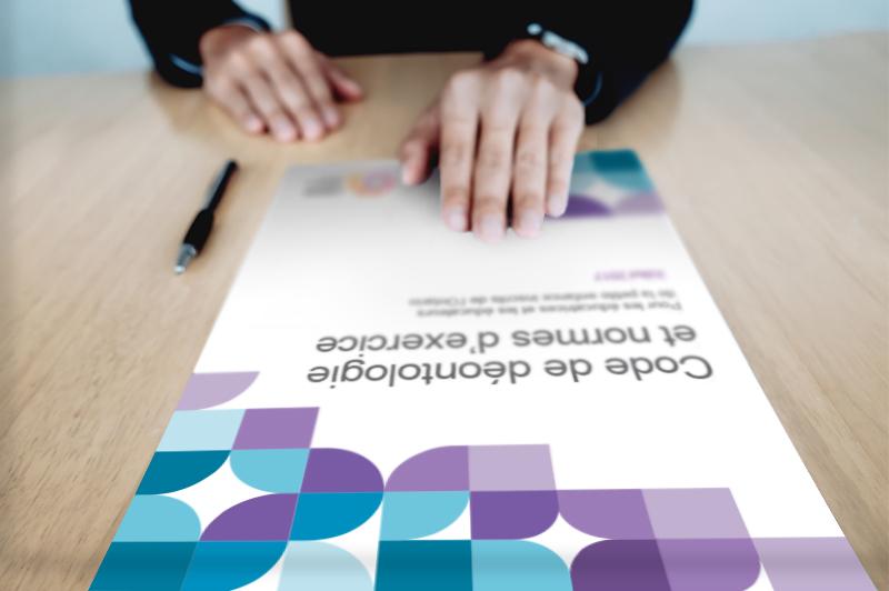 table avec le manuel de réglementation professionnelle en haut