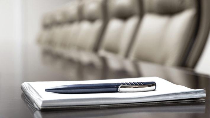 Un stylo se trouve au-dessus d'un bloc-notes
