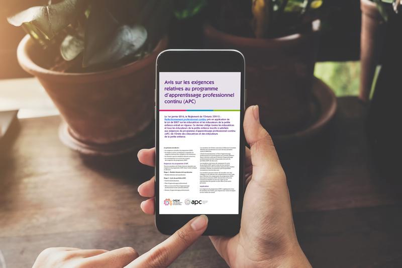 Un smartphone avec l'Avis sur les exigences relatives au programme d'apprentissage professionnel continu