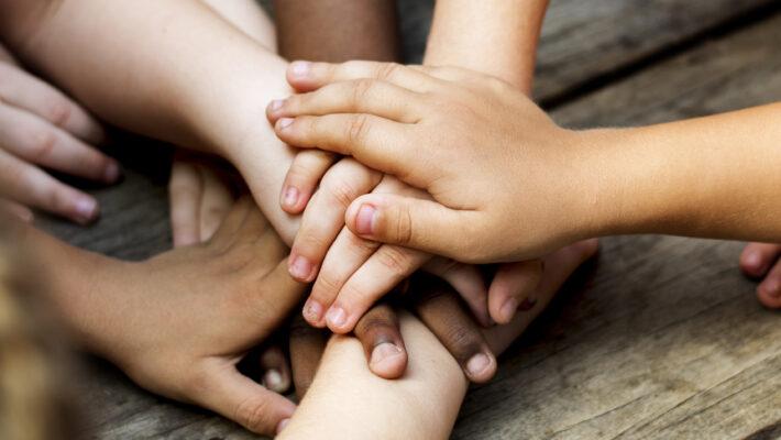 un photo du les mains d'enfants