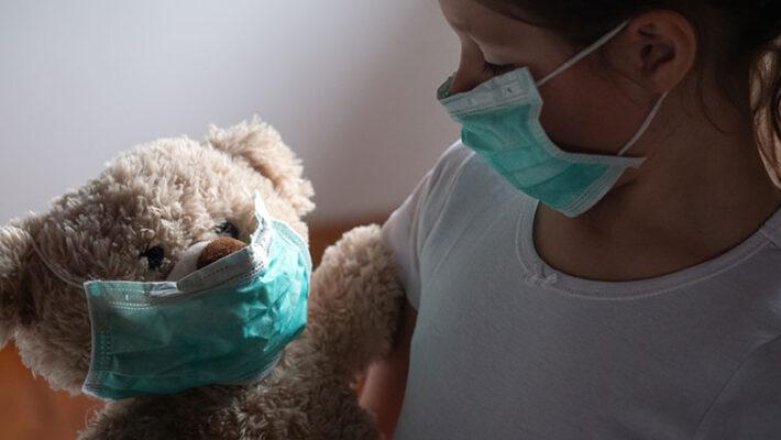 Une photo d'un enfant avec son ours en peluche.