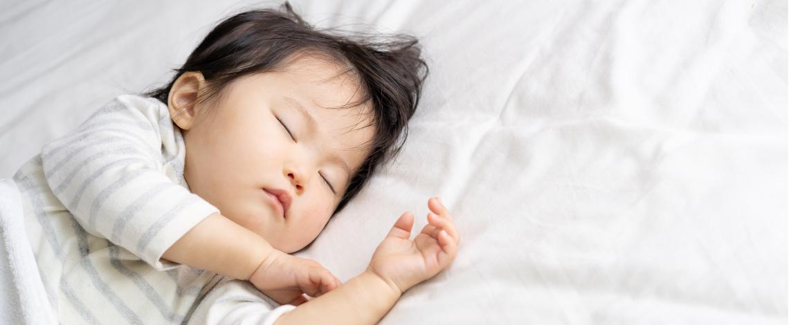 Un petit enfant se repose