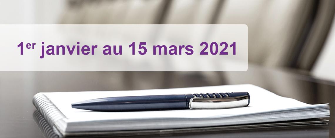 Un stylo se trouve au sommet d'un cahier dans une salle de conférence.